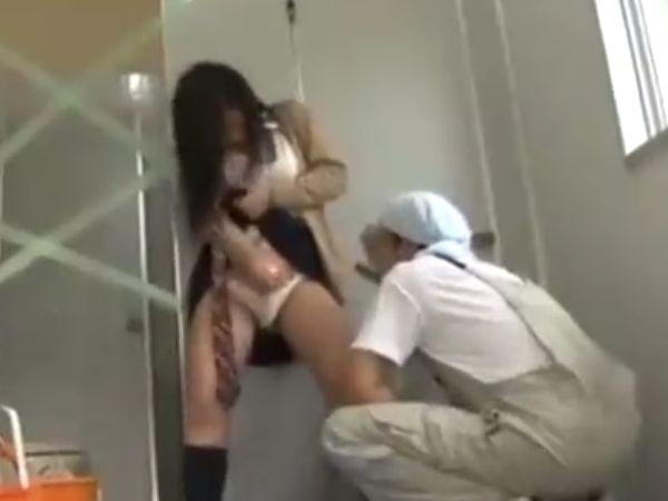 【JK変態いたずら】汚いトイレに連れ込まれた女子高生が強制オナニーを視姦され…キモオタオリコンに種付けされる陵辱映像