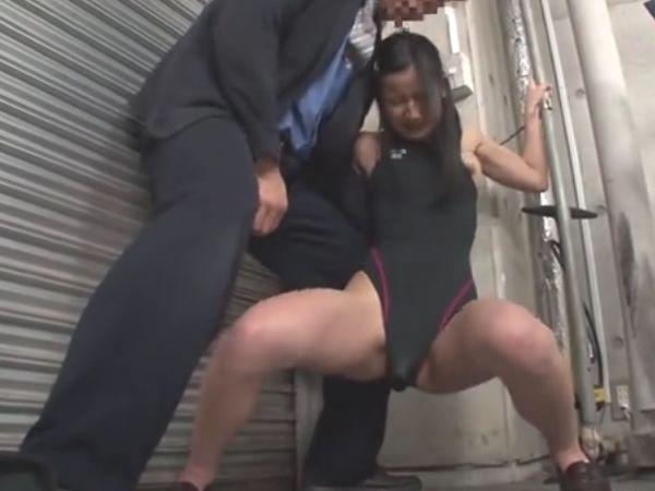 【JKロリ孕ませ】部活に勤しむ少女を物陰に連れ込みバイブ放置いたずら…巨根をねじ込まれ白眼イキする女子高生野外凌辱映像