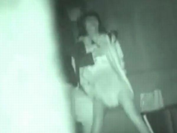 【本物レイプ】※ガチでヤバイやつ!新宿某所の高架下で塾帰りの女子高生をナイフで脅し犯す… ビビって失禁し声も出せず