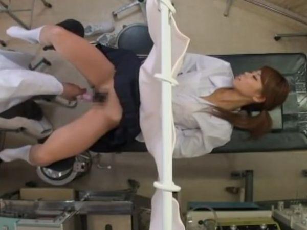 【JK産婦人科盗撮】無抵抗のスレンダー女子高生のマンコをクスコで開きバイブ捻り込んで楽しむいたずら好きのセクハラ医師