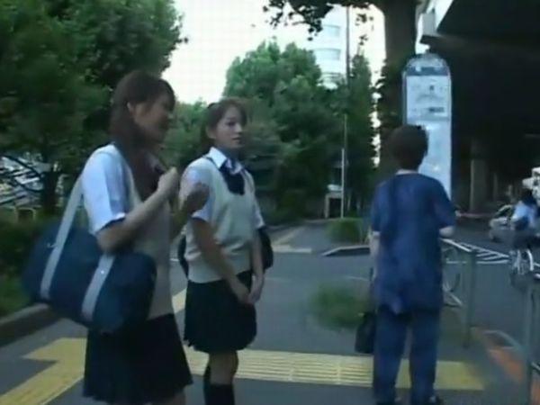 【JKトラウマ痴漢】※激ヤバイやつ!通学バス内で人妻レイプをライブで目撃する2人の女子高生に襲いかかる人生初の強姦事件