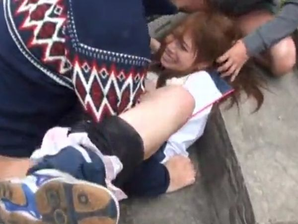 【ガチレイプ】刑務所上がりのヤクザに急襲されるランニング中の女子高生… 力ずくでなぎ倒され野外中出しされる凶悪輪姦映像