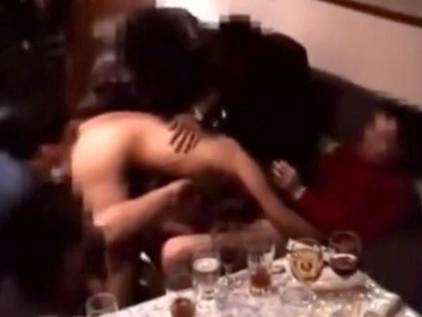 【本物レイプ】ヤリサー集団の驚異的な鬼畜っぷりが流出!1人のロリ女子高生をカラオケで蹂躙する生々しい輪姦の一部始終…