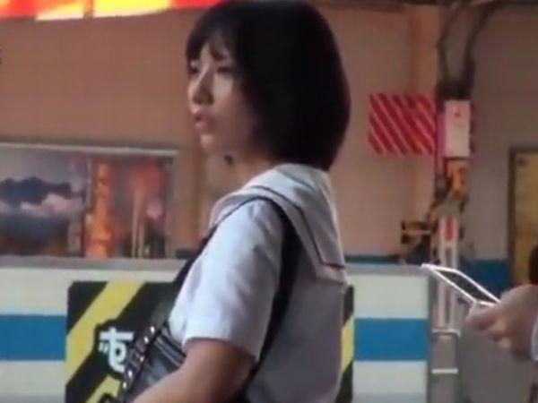 【JK羞恥スプラッシュ】神様のような美少女が満員電車で公開潮吹き!恥辱に満ちた女子高生の集団痴漢&超絶レイプ!