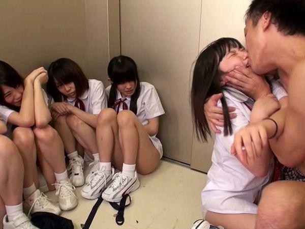 【JKロリ集団レイプ】エレベーターに監禁された女子高生10人と鬼畜教師のハーレム強姦…変態っぷりが炸裂する密室拷問映像…