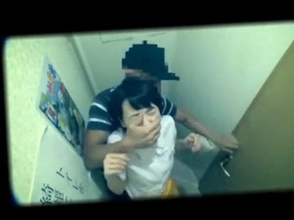 【JKレイプ隠し撮り】アルバイト中の女子高生をトイレ強襲!女子便所盗撮用の隠しカメラが捉えた生々しい美少女強姦映像…